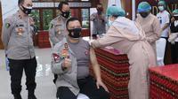Kapolda NTT, Irjen Pol Lotharia Latif saat menerima suntikan vaksinasi covid-19 sinovac,di lobi lantai I Markas Kepolisian Daerah (Mapolda) NTT.  (Foto Istimewa)