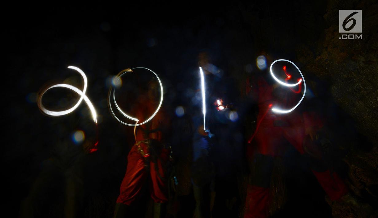Sejumlah pegiat alam bebas menelusuri Gua Cibeutik, Desa Lingar Mukti, Kampung Cipancur, Jonggol, Jawa Barat, Selasa (1/1). Kegiatan malam tahun baru 2019 untuk menjalin tali silaturahmi antar sesama pegiat minat khusus (caving). (Merdeka.com/Imam Buhori)
