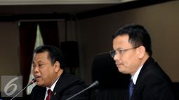 Ketua MK, Arief Hidayat (kiri) bersama M Guntur Hamzah (Sekjen MK) memberikan keterangan di Gedung Mahkamah Konstitusi, Jakarta, (7/3/2016). Arief Hidayat memaparkan evaluasi hasil sidang sengketa Pilkada Serentak 2015. (Liputan6.com/Helmi Fithriansyah)