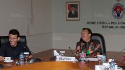 Suasana hangat pada pertemuan Menpora, Imam Nahrawi (kanan) dan Egy Maulana Vikri (kiri) di Kementrian Pemuda dan Olahraga, Jakarta, (5/1/2018). Egy Maulana memiliki peluang bermain di Eropa tahun 2018. (Bola.com/Nicklas Hanoatubun)
