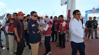 Menteri ESDM Ignasius Jonan dan jajaran direksi PT Pertamina memastikan kesiapan SPBU untuk melayani pemudik di jalur tol Semarang-Surabaya. Liputan6.com/Pebrianto