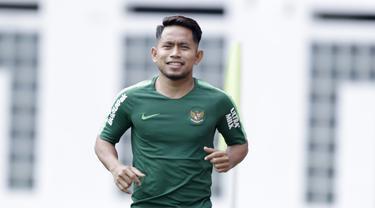 Pemain Timnas Indonesia, Andik Vermansah, tersenyum saat latihan di Stadion Wibawa Mukti, Jawa Barat, Sabtu (3/11). Latihan ini persiapan jelang Piala AFF 2018. (Bola.com/M Iqbal Ichsan)