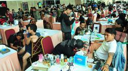 Sejumlah seniman dan pencinta tato saat mengikuti Event tato di salah satu Mal di Jakarta, Sabtu (23/9). Event tato terbesar Se-Jakarta ini sudah ke empat kalinya di adakan. (Liputan6.com/Helmi Afandi)