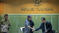 Wakil Ketua Sementara (KY) Farid Wadji bersalaman dengan Kepala pusat analisis dan layanan informasi Roejito usai konferensi pers di Gedung Komisi Yudisial, Jakarta, Kamis (4/2). (Liputan6.com/Faizal Fanani)