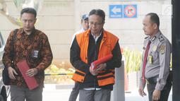 Plt Sekretaris DPPKAD Kabupaten Kudus Akhmad Sofyan berjalan akan menjalani pemeriksaan di Gedung KPK, Jakarta, Rabu (11/9/2019). Akhmad Sofyan diperiksa sebagai tersangka terkait kasus suap pengisian jabatan perangkat daerah Kabupaten Kudus tahun 2019. (merdeka.com/Dwi Narwoko)