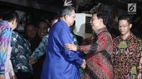 Presiden RI ke 6 Susilo Bambang Yudhoyono berjabat tangan menyambut kedatangan Ketua Umum Gerinda, Prabowo Subianto di kediaman SBY di Cikeas, Bogor pada 27 Juli 2017. (Liputan6.com/Herman Zakharia)