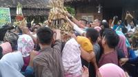 Warga berebut gunungan Kupat yang dipercaya membawa berkah. (foto: Liputan6.com / krjogja.com)