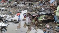Warga mengumpulkan perkakas dari bangunan rumahnya yang rusak akibat terjangan tsunami di Kampung Sumur Pesisir, Pandeglang, Banten, Senin (24/12). Pascatsunami Selat Sunda, warga mulai kembali ke rumahnya masing-masing. (Merdeka.com/Arie Basuki)