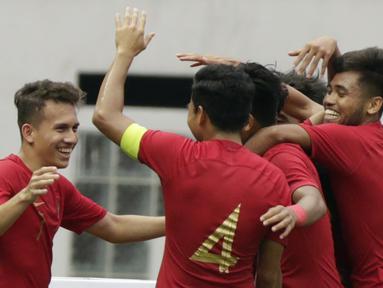 Gelandang Indonesia, Egy Maulana Vikri, merayakan kemenangan bersama rekannya atas Yordania pada laga persahabatan di Stadion Wibawa Mukti, Jawa Barat,  Sabtu (13/10/2018). Indonesia menang 3-2 atas Yordania. (Bola.com/M Iqbal Ichsan)
