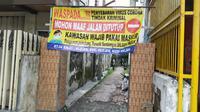 Salah satu kampung di Kota Malang memasang spanduk waspada Corona Covid-19. Tiga Pemda di Malang Raya sendiri bersepakat mengajukan PSBB (Liputan6.com/Zainul Arifin)