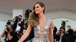 Model Izabel Goulart berpose menghadiri pemutaran perdana film 'First Man' selama Festival Film Venice ke-75 di Venesia, Italia, (29/8). Izabel Goulart tampil cantik dan seksi menggenakan gaun berwarna silver. (AP Photo/Kirsty Wigglesworth)