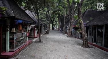 Suasana Pasar Seni Ancol yang terlihat sepi, Jakarta, Selasa (17/10). Pada era 1980-1995, Pasar Seni Ancol pernah menjadi tempat pertemuan yang hangat antara para pekerja seni, pengrajin, dan para penikmatnya. (Liputan6.com/Faizal Fanani)