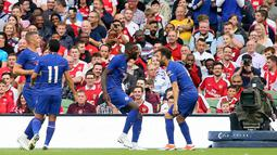 Bek Chelsea Antonio Rudiger (tengah) berselebrasi bersama rekannya usai mencetak gol ke gawang Arsenal pada pertandingan ICC 2018 di Stadion Aviva di Dublin (1/8). Arsenal menang atas Chelsea lewat adu penalti 6-5. (AFP Photo/Paul Faith)