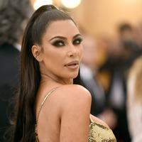 """Aktris Kim Kardashian berpose saat menghadiri Met Gala 2018 di Metropolitan Museum of Art, New York (7/5). Tema Met Gala kali ini adalah """"Heavenly Bodies: Fashion dan Catholic Imagination"""". (AP Photo/Evan Agostini)"""