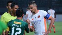 Silvio Escobar  jadi kapten Perseru saat melawan Persebaya (25/3/2018). (Bola.com/Aditya Wany)