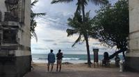Potret Jumat, 1 Januari 2021 di Pantai Kuta, Bali, yang biasanya dipadati pelancong sepanjang tahun, kini tampak sepi karena dampak pandemi corona Covid-19. (Liputan6.com/Putu Elmira)