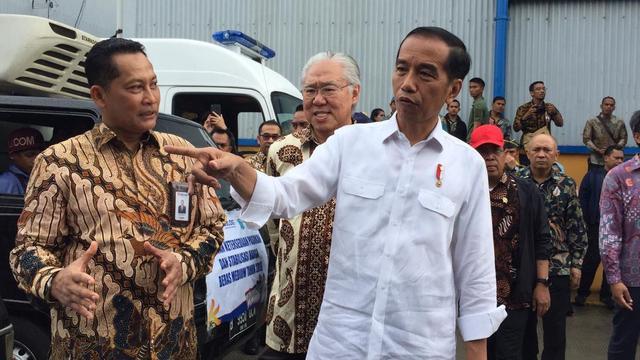 Presiden RI Joko Widodo (Jokowi) bersama Direktur Utama Perum Bulog Budi Waseso meninjau gudang beras Bulog Divre DKI Jakarta dan Banten, Kelapa Gading, Jakarta Utara, Kamis (10/1/2019).