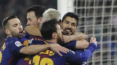 Para pemain Barcelona merayakan gol yang dicetak Luis Suarez ke gawang Real Betis pada laga La Liga Spanyol di Stadion Benito Vilamarin, Sevilla, Minggu (21/1/2018). Betis kalah 0-5 dari Barcelona. (AFP/Cristina Quicler)