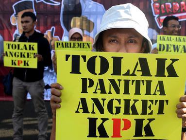 Mahasiswa membawa membawa poster saat melakukan Aksi di depan Gedung MPR/DPR Jakarta, Jumat (16/6). Dalam aksinya mereka menuntut Tolak Angket KPK. (Liputan6.com/Johan Tallo)