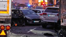 Sebuah truk curian menabrak mobil-mobil yang berhenti di lampu merah di distrik kota Limburg, Jerman, Senin (7/10/2019). Kejadian itu memicu tabrakan beruntun dan menyebabkan setidaknya delapan mobil lainnya hancur. (Photo by Sascha Ditscher / dpa / AFP)