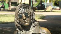 Patung John Lennon di Kuba ini dijaga oleh seorang wanita yang digajji Rp 3,2 juta per bulannya.