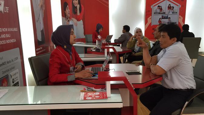 Seorang pelanggan IndiHome sedang berbicara dengan Customer Service. (Doc: Telkom)