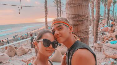 Putra pertama Ahmad Dhani bersama kekasihnya sedang menikmati suasana di Bali pada tahun 2018 silam. Sebelumnya, hubungan dua sejoli ini sempat dikabarkan kandas. Namun saat hari Valentine 2019, keduanya membantah. (Liputan6.com/IG/alyssadaguise)