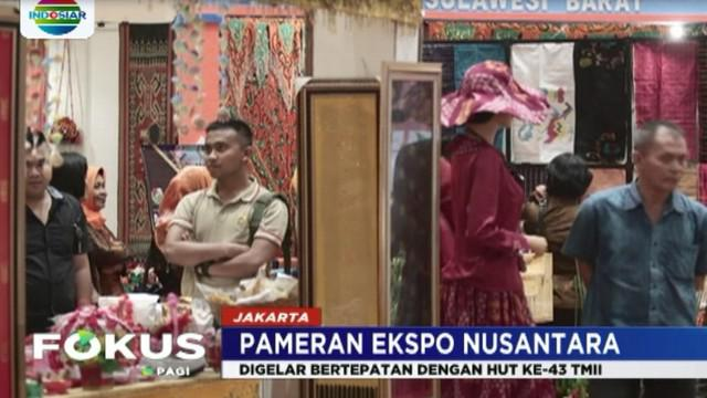 Selain pameran kerajinan kain dari berbagai daerah, para pengunjung bisa belajar langsung cara membatik di salah satu stand.