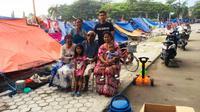 Pemain PS Tira, Ryan Wiradinata di lokasi pengungsian korban gempa Palu. (Bola.com/Permana Kusumadijaya)