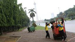Petugas kebersihan membersihkan sampah di kawasan Monas, Jakarta, Senin (3/11). Kesigapan petugas kebersihan pasca reuni 212 membuat kawasan tersebut kembali bersih meskipun sehari sebelumnya dipenuhi ratusan ribu orang. (Liputan6.com/Immanuel Antonius)