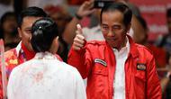 Presiden Joko Widodo memberi semangat kepada atlet wushu Lindswell Kwok saat beraksi pada Asian Games 2018 di JIExpo, Jakarta, Senin, (20/8). Lindswell meraih medali emas setelah berhasil mengumpulkan poin tertinggi yaitu 19.50. (AP Photo/Aaron Favila)