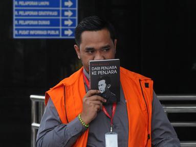 Anggota DPRD Kota Malang Syamsul Fajrih tiba Gedung KPK, Jakarta, Kamis (22/11). Syamsul terlihat menutupi wajahnya dengan buku tulisan Tan Malaka berjudul 'Dari Penjara ke Penjara'. (Merdeka.com/Dwi Narwoko)