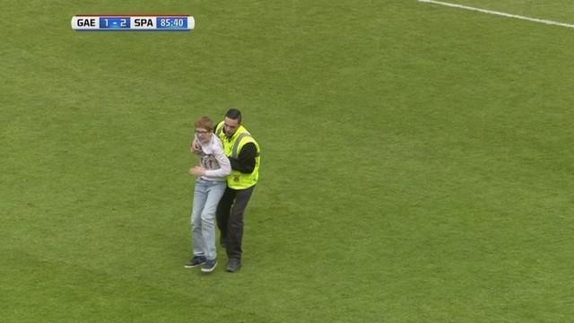 Dua anak muda menyusup ke lapangan pertandingan saat laga antara Go Ahead Eagles dan Sparta Rotterdam pada lanjutan Eredivisie.