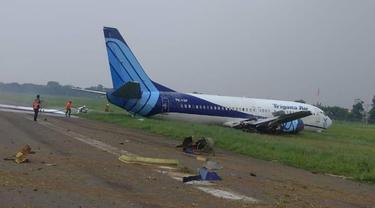 Pesawat kargo Trigana tergelincir di Bandara Halim Perdanakusuma, Jakarta.