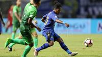Pemain Muda Persib Bandung, Billy Keraf saat melawan PS TNI pada lanjutan Liga 1 2017 di Stadion Pakansari, Bogor (22/4/2017). (Bola.com/Nicklas Hanoatubun)