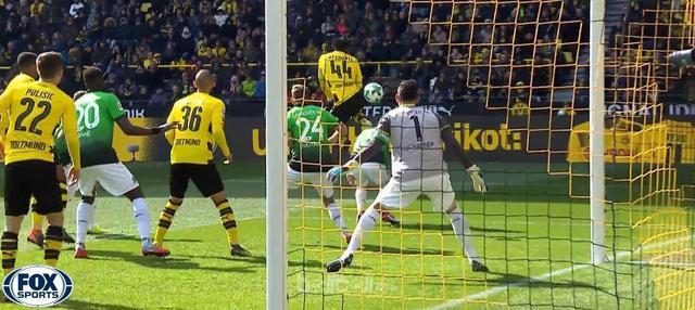 Michy Batshuayi mencetak gol akrobatik saat Dortmund hadapi Hannover. This video is presented by Ballball.