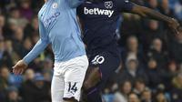 Bek Manchester City, Aymeric Laporte berebut bola dengan gelandang West Ham, Michail Antonio pada pertandingan lanjutan Liga Inggris di stadion Etihad di Manchester, Inggris, Rabu (19/2/2020). City menang atas West Ham 2-0. (AP Photo/Rui Vieira)