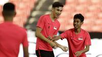 Pemain Singapura, Jacob Mahler, bercanda dengan Nazrul Nazari saat menggelar sesi latihan jelang laga Piala AFF di Stadion Nasional Singapura, Kamis (8/11). Singapura akan melawan Indonesia. (Bola.com/M Iqbal Ichsan)