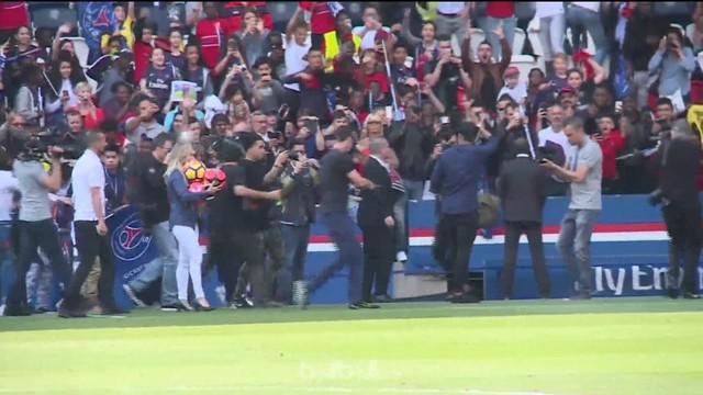 Berita video Neymar yang membuat heboh fans PSG (Paris Saint-Germain) dalam sebuah sesi latihan terbuka. This video presented by BallBall.
