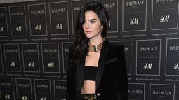 Penampilan Model seksi Kendall Jenner mengunakan blaze casual saat menghadiri launching Balmain X H & M di 23 Wall Street, New York, US (20/11/2015). (AFP/ Dimitrios Kambouris)