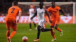 Gelandang Prancis, N'Golo Kante, berusaha melewati gelandang Belanda, Quincy Promes, pada laga persahabatan di Stadion Amsterdam Arena, Amsterdam, Jumat (25/3/2016). Belanda takluk 2-3 dari Prancis. (AFP/Franck Fife)