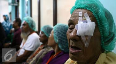 Indosiar bekerjasama dengan Korps Brimob dan Persatuan Dokter Spesialis Mata Indonesia (Perdami) gelar bakti sosial dan pengobatan gratis di Mako Brimob, Kelapa Dua, Depok, Jawa Barat, Sabtu (9/1/2016). (Liputan6.com/Yoppy Renato)