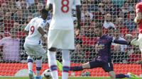 Striker Crystal Palace, Jordan Ayew kala menaklukkan kiper Manchester United, David de Gea di Old Trafford, Sabtu (24/8/2019). (Foto: Premier League)