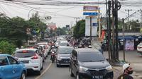 Kondisi lalu lintas di Jalan Raya Muchtar, Kecamatan Sawangan yang menjadi salah satu titik macet di Kota Depok. (Liputan6.com/Dicky Agung Prihanto)