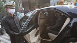 Pengantin menggunakan mobil dinas Pemkot Bekasi menuju lokasi pernikahan di Bekasi, Jawa Barat, Sabtu (12/9/2020). Wakil Wali Kota Bekasi menyediakan fasilitas gratis mobil dinas pada hari Sabtu dan Minggu untuk antar jemput pengantin saat pandemi COVID-19. (Liputan6.com/Herman Zakharia)
