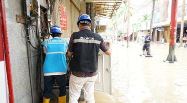 Petugas PLN sedang memeriksa kelistrikan di Jakarta. Dok PLN