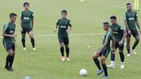 Pemain Timnas Indonesia U-22 saat latihan di Stadion Madya, Senayan, Jakarta, Senin (12/1). Latihan kali ini tidak dipimpin Indra Sjafri karena sedang mengikuti lisensi kepelatihan Pro AFC di Spanyol. (Bola.com/M Iqbal Ichsan)