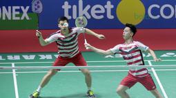 Kevin Sanjaya mencoba mengembalikan kok ke arah Takuto Inoue/Yuki Kaneko pada final Indonesia Open 2018 di Istora Senayan, Jakarta, (8/6/2018). Tontowi/Liliyana menang 21-17, 21-8. (Bola.com/Nick Hanoatubun)