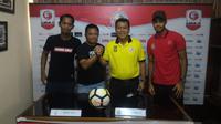 Pelatih dan pemain Semen Padang serta Persis foto bersama, Minggu (14/10/2018), jelang pertandingan. (Bola.com/Arya Sikumbang)