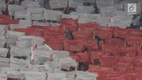 Suporter memberikan dukungan bagi Timnas Indonesia saat laga perdana Grup G Kualifikasi Piala Dunia 2022 zona Asia melawan Malaysia di Stadion Utama Gelora Bung Karno, Kamis (5/9/2019). Kekalahan Indonesia dinodai peristiwa memalukan yang dilakukan sejumlah suporter (Liputan6.com/Helmi Fithriansyah)
